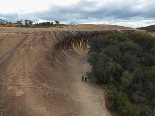 Touristen besuchen Waverock in West-Australien mit Sicht von oben