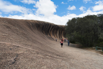 Touristen auf dem Weg zum Waverock in West-Australien - Sicht vom Boden