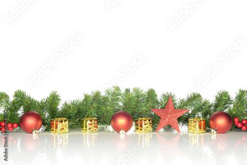 Decoración de navidad con adornos de color amarillo, dorado y rojo ...