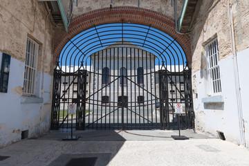 Gesichertes Gittertor zum Eingangsbereich eines Gefängnis