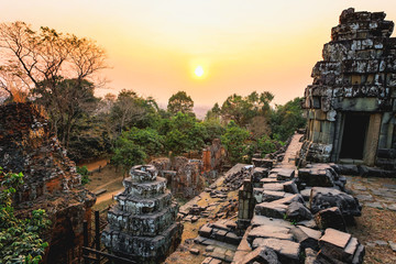 Sunset of Phnom Bakheng, one of the ruined temples of ancient Cambodia. Fototapete