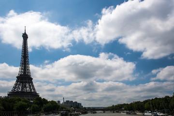 Eiffelturm mit Wolken