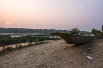 Boot am Fluss bei Sonnenuntergang