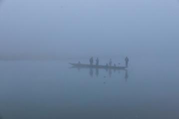 Boot mit Menschen auf einem Fluss im Jungle