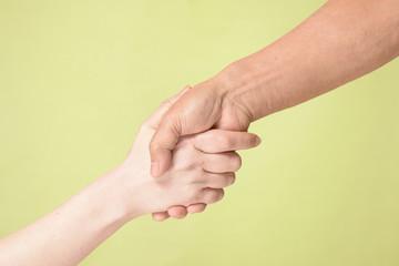 握手をする男女の手