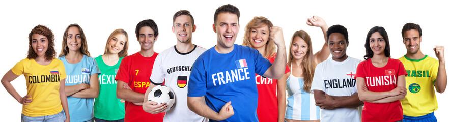 Jubelnder französischer Fussball Fan mit Gruppe internationaler Fans