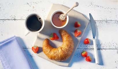 Croissant-Frühstück mit Lächeln