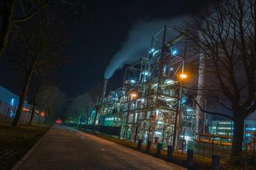Fabrikstraße bei Nacht