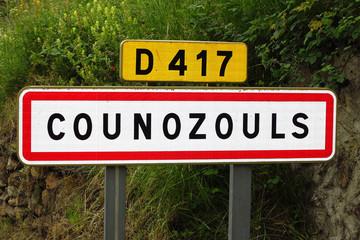 franzöisches Ortschild an der Straße, Frankreich