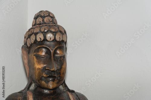 buddha aus holz mit textfreiraum auf weiss