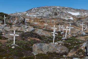 Der Friedhof des verlassenen, grönlandischen Dorfes Ikateq