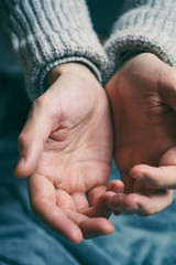 Manos de hombre con las palmas hacia arriba