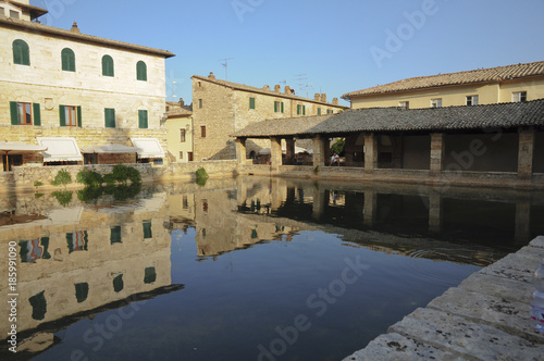 Vasca acque termali, borgo Bagno Vignoni, Toscana, Italia\
