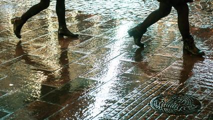 détails jambes et reflets sous la pluie la nuit