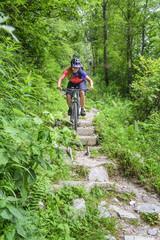 kniffliger Downhill mit dem MTB über felsige Stufen