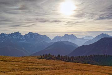 Blick am späten Nachmittag auf die Gipfel des Karwendels in den bayerischen und tiroler Alpen im Herbst