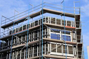 Neue Fassadenverkleidung an einem Gebäude