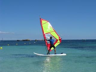 Windsurfer in der Bucht von Es Pujols auf Formentera