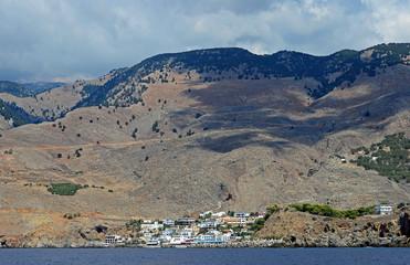 Berge und Küstenort auf Kreta