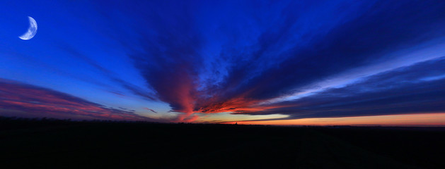 Obraz Księżyc i czerwone chmury po zachodzie słońca, rybie oko. - fototapety do salonu