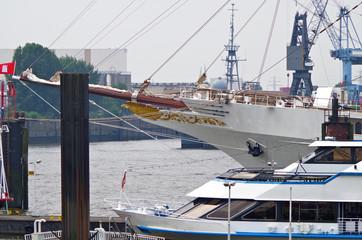Luxus Segelyacht im Hafen