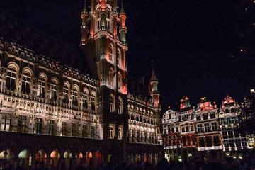 Espectáculo de luces y música con los Edificios de la Grand Place de Bruselas de gran riqueza ornamental, casas de los gremios