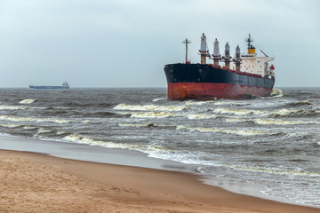 Strong wind threw the damaged ship to the coast