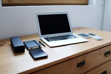Büro Schreibtischtisch mit Computer & Smartphone