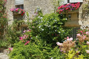 Façade de maison fleurie en été