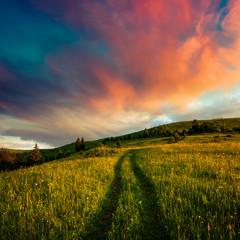 Malowniczy lato krajobraz z kolorowym wschodem słońca na Karpackich górach, Ukraina, Europa