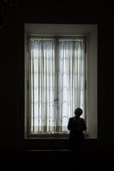 kobieta na tłe okna