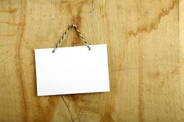 Obraz Pusta biała karta na drewnianej desce, drzwiach. - fototapety do salonu