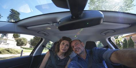 Coppia in viaggio in auto