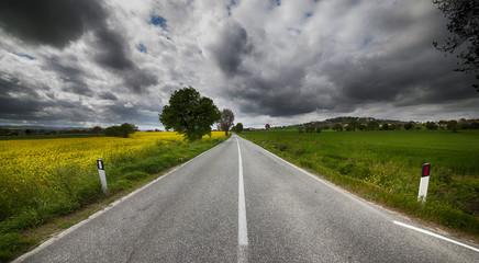 Strada dritta in campagna