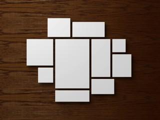 Anordnung von leeren weißen Bilderrahmen auf einem Holzhintergrund