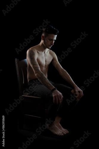 sie sitzt nackt auf dem stuhl