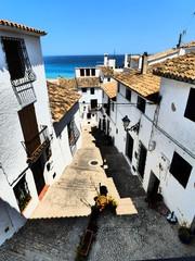 Altea, pueblo de  Alicante, España, situado en la comarca de la Marina Baja, en la costa mediterránea de la bahía de Altea, al sur de Calpe y al norte de Alfaz del Pi.