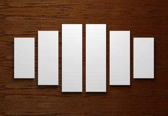 verschiedene leere weiße Leinwände vor einem Holzhintergrund