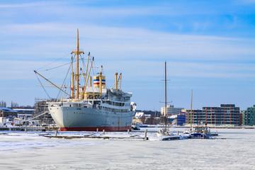 Ein Schiff im Stadthafen von Rostock