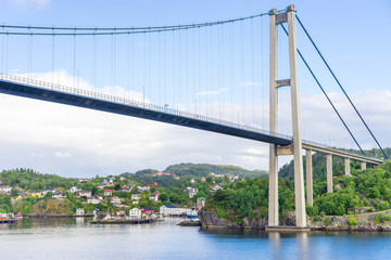Hängebrücke zwischen den Inseln am Stadtrand von Bergen, Norwegen