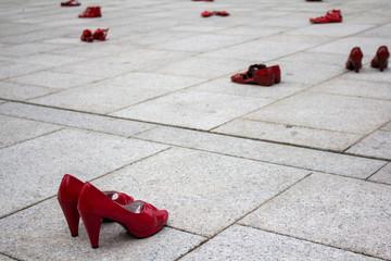 CAGLIARI, ITALIA - NOVEMBRE 25, 2017:  Zapatos rojos di Elina Chauvet presso Piazza Garibaldi - Sardegna