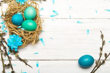Obraz Wielkanocne tło z kolorowymi pisankami i baziami z miejscem na własny tekst.  - fototapety do salonu