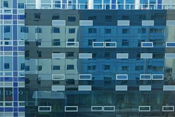 Ausschnitt der Glasfassade eines Bürogebäudes