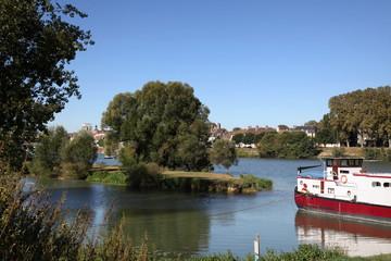 La Saône et sa parure estivale: Chalon-sur-Saône.