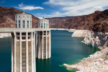 Photo sur Plexiglas Barrage Hoover Dam Towers on the blue Lake Mead, USA