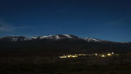 Pueblo de Chana de Somoza y Monte Teleno durante la noche. León, España.