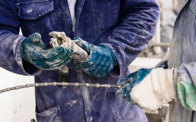 Operaio che fa manutenzione in cantiere edile