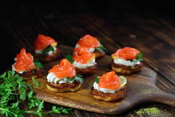 Spoed Foto op Canvas Voorgerecht закуска из семги на картофельном блинчике с сыром