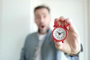 réveil homme en retard