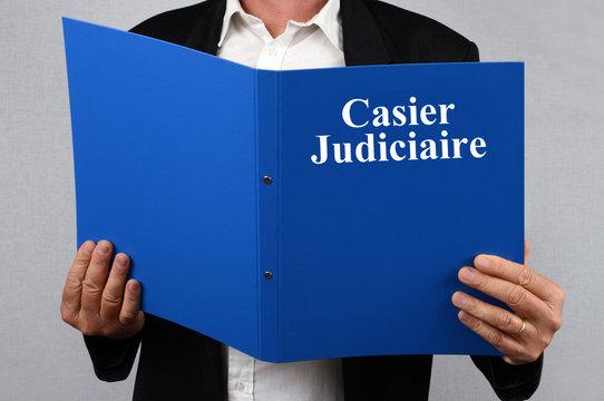 Homme consultant un casier judiciaire